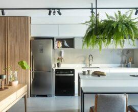 A madeira demarca visualmente a sala de estar e quando ela acaba inicia a cozinha. Foto: Mariana Boro
