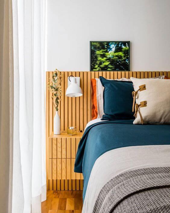 Cabeceira de cama ripada com prateleira para deixar decoração