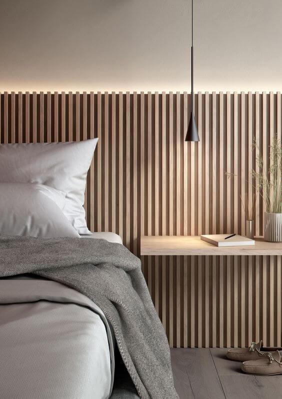 Cabeceira de ripa de madeira com iluminação