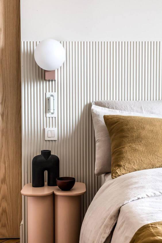 Cabeceira ripada branca para quarto moderno