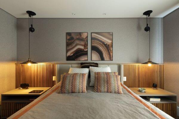 Cabeceira ripada de madeira no quarto planejado