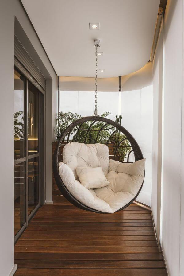 Cadeira de balanço para sacada confortável e janela de vidro