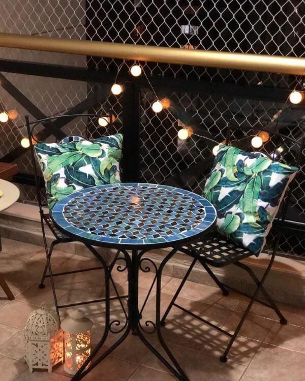 Cadeira para sacada de ferro e almofada estampada