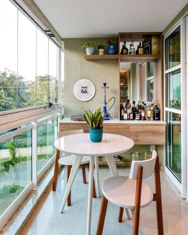 Cadeira para sacada de madeira na cor branca e decoração minimalista
