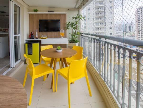 Cadeira para sacana na cor amarela com mesa de jantar redonda