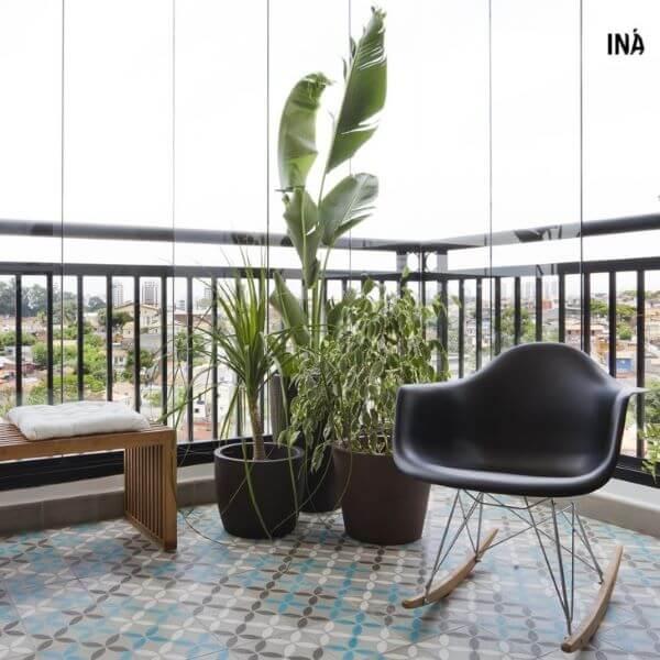 Cadeira preta de balanço para sacada moderna