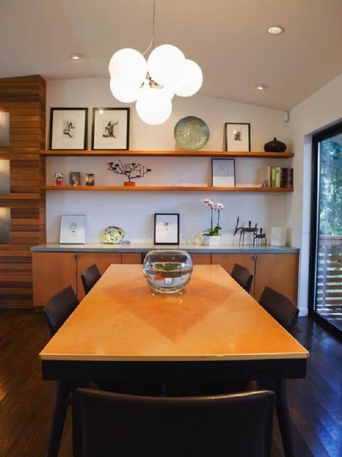 Cadeira preta para decoração de sala de jantar com buffet e mesa de madeira  Foto Houzz