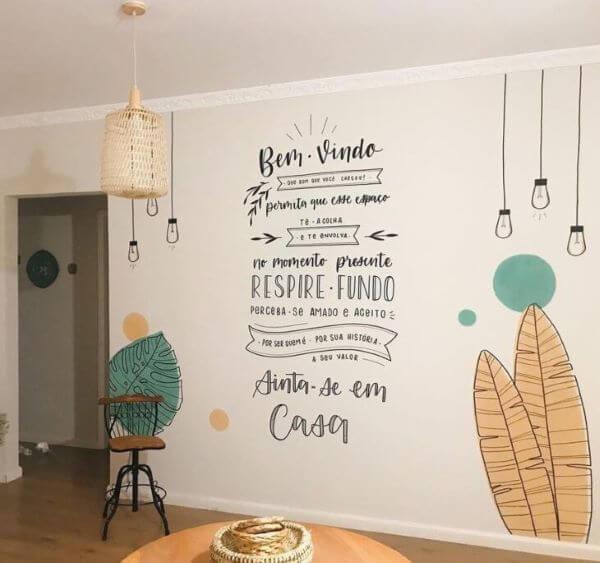 Casa com lettering na parede branca da sala