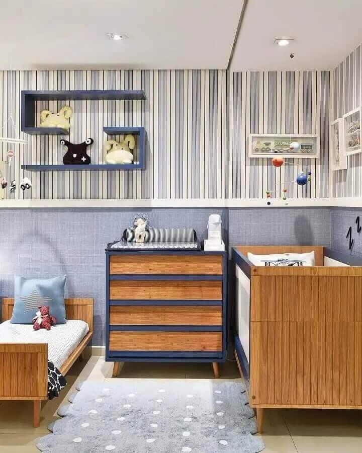 Cômoda gaveteiro para quarto de bebê azul e branco decorado com papel de parede listrado Foto Berta Gonçalves