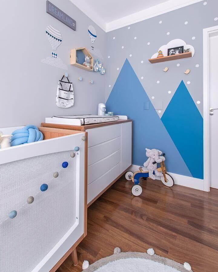 Cômoda gaveteiro para quarto de bebê azul e cinza decorado com pintura geométrica na parede Foto Juliana Mancini