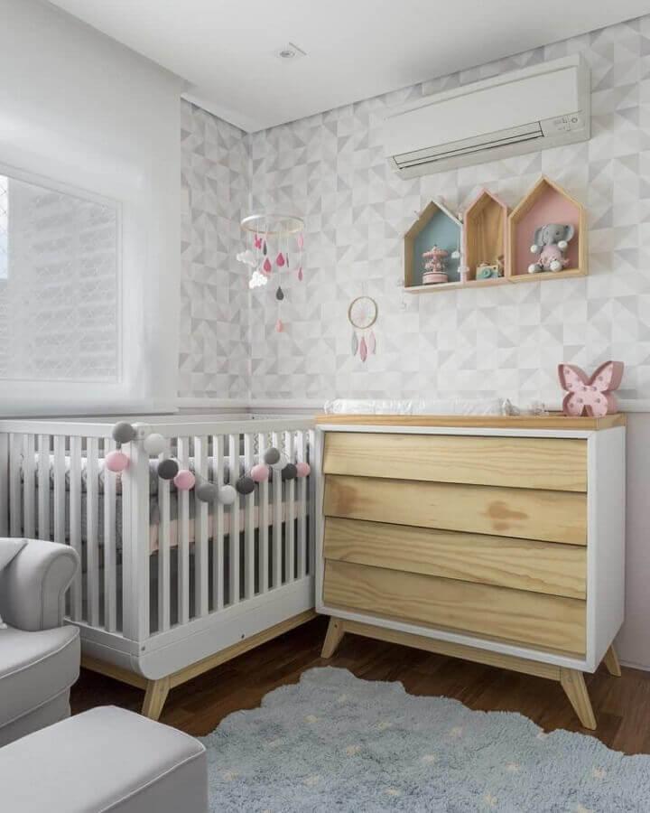 Cômoda gaveteiro para quarto de bebê cinza e branco decorado com papel de parede delicado Foto UEBAA Design