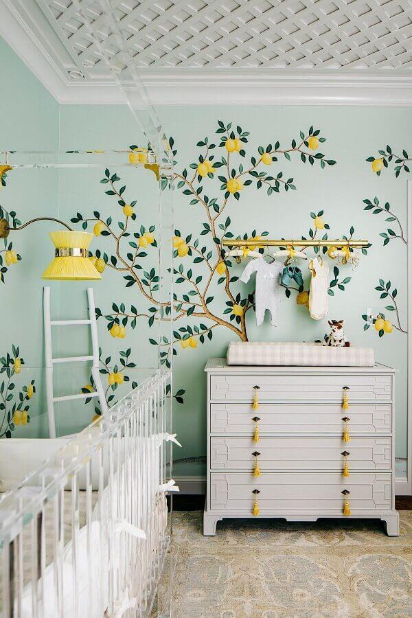 Cômoda gaveteiro para quarto de bebê verde e branco decorado com papel de parede de limões Foto Casa Vogue