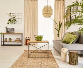 Cores claras para sala decorada com luminária rústica e sofa cinza Foto habitíssimo