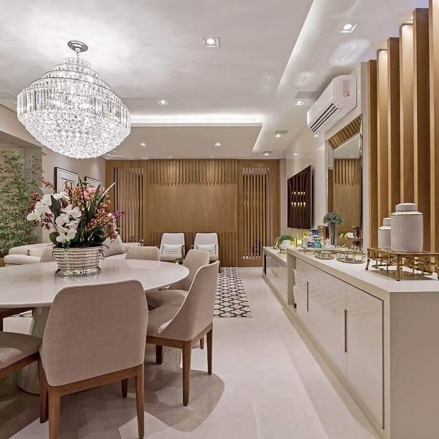 Cores neutras para decoração de sala de jantar com buffet e lustre de cristal Foto Total Construção