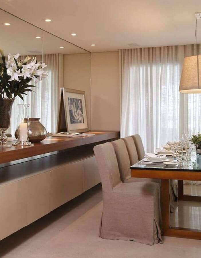 Cores neutras para decoração de sala de jantar com buffet planejado e parede espelhada Foto Homify