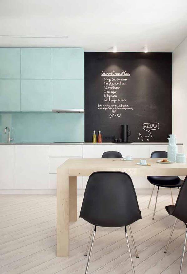 Cozinha com tinta lousa e lettering na parede
