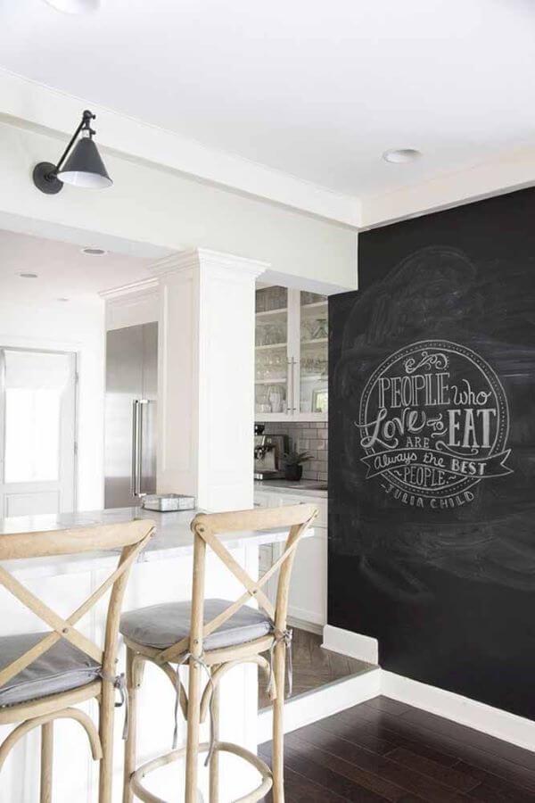 Cozinha com tinta lousa na parede e lettering