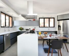 Cozinha grande moderna decorada com ilha com cooktop e mesa Foto Start Arquitetura