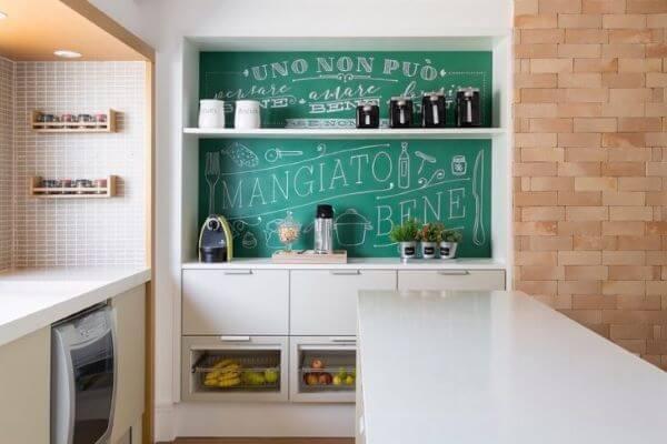 Cozinha moderna com lettering na parede