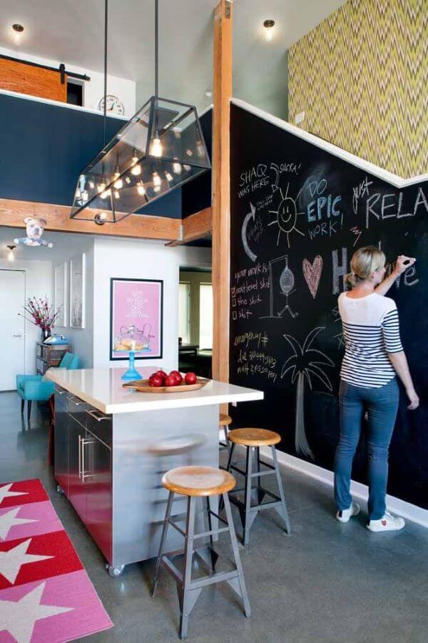 Cozinha moderna com lettering na parede feito com tinta lousa
