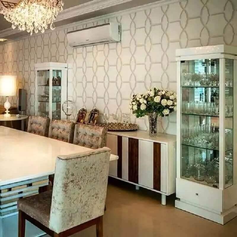 Cristaleira pequena para decoração de sala de jantar com buffet branco Foto Adriana Piva Arquitetura