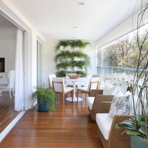 Decoração clássica e clean com cadeira para sacada branca e mesa de jantar redonda