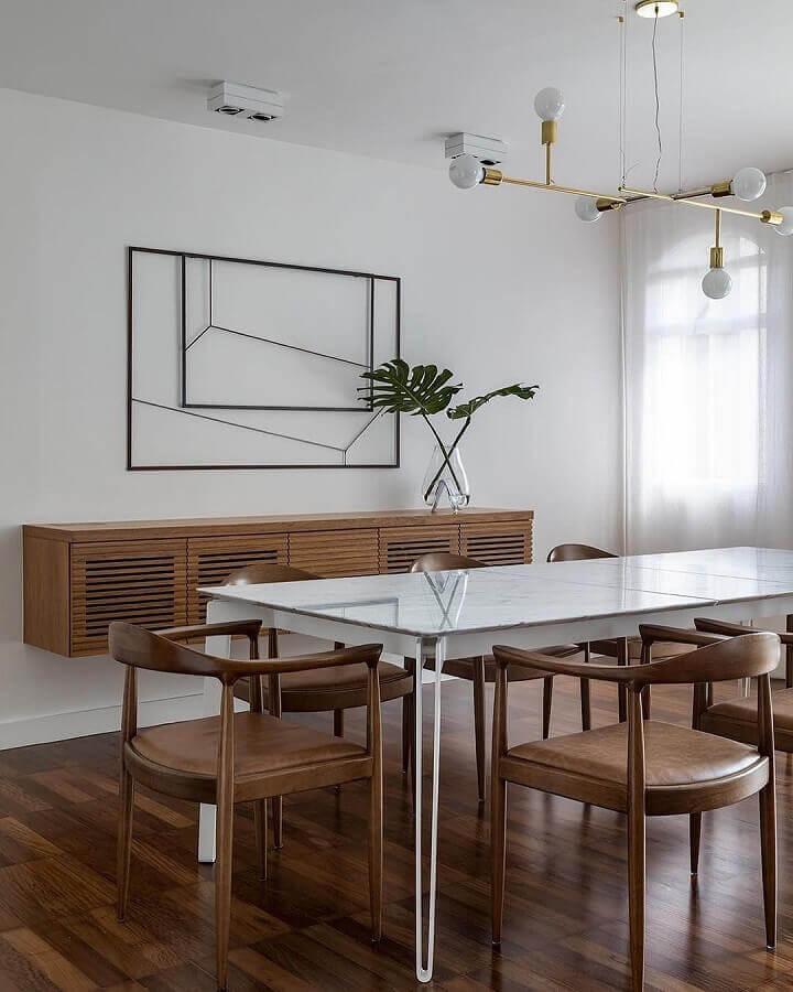 Decoração clean com lustre moderno para sala de jantar com buffet de madeira suspenso Foto Cristiana Bertolucci Estúdio