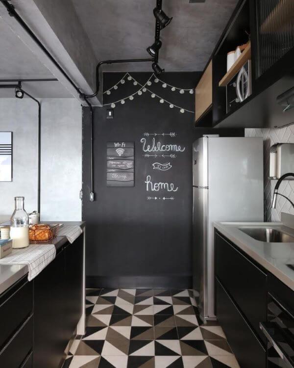 Decoração com lettering na parede da cozinha preto e branco
