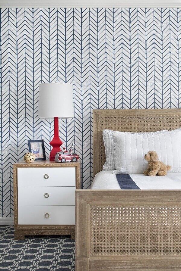 Decoracao com papel de parede delicado e gaveteiro pequeno para quarto infantil Foto domino magazine