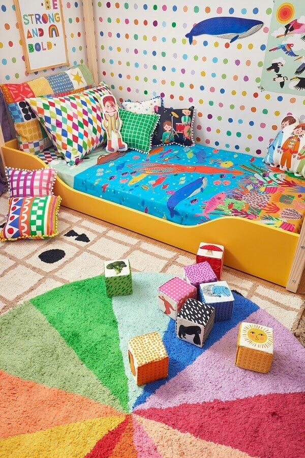 Decoração de quarto infantil com tapete redondo colorido e papel de parede de bolinhas Foto Marcos Fertonani para MOOUI