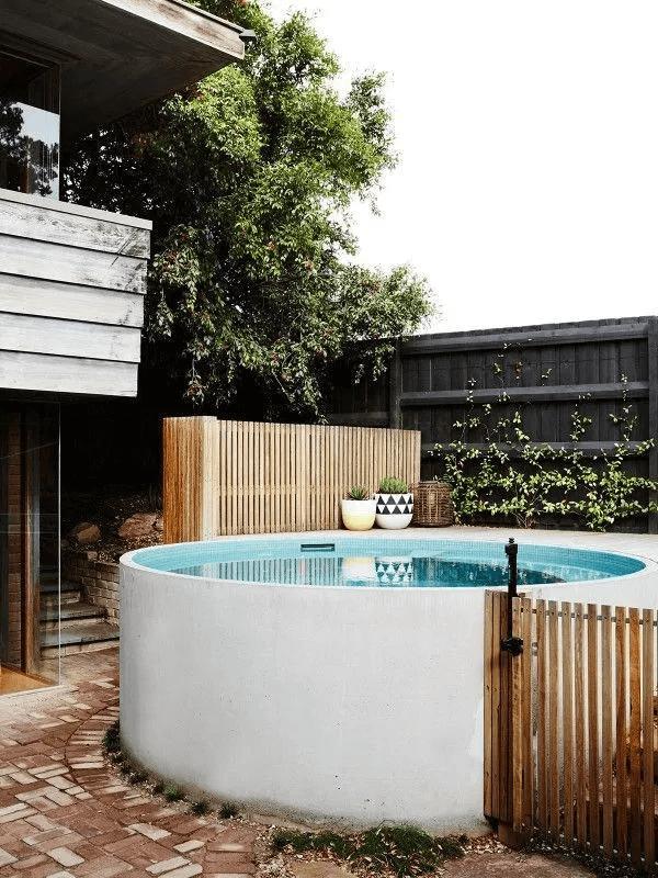 Decoração de quintal com piscina redondas e pequena