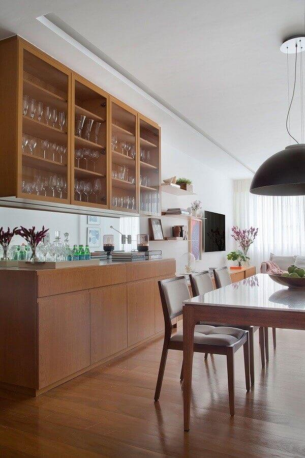 Decoração de sala de jantar com buffet e cristaleira de madeira Foto Eduardo Franco Correia