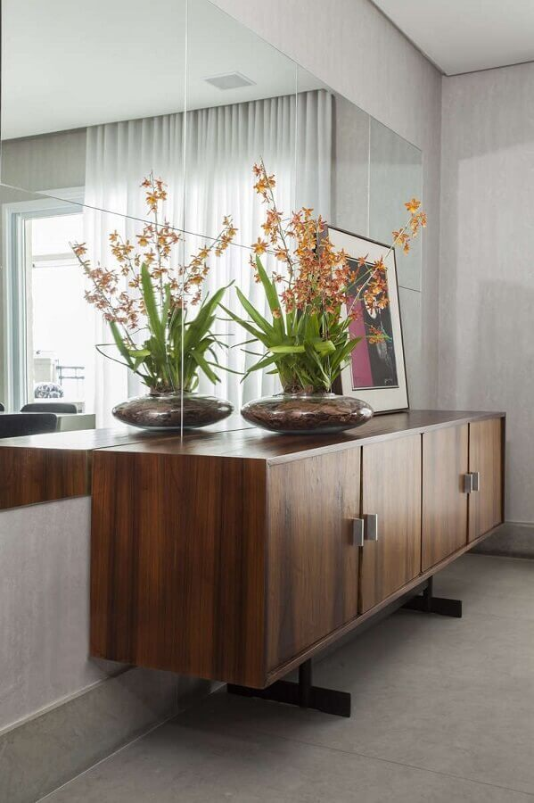 Decoração de sala de jantar com buffet e espelho de parede Foto A Gazeta