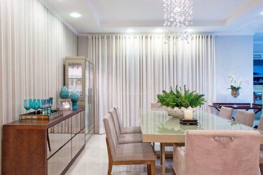 Decoração de sala de jantar com buffet espelhado e lustre de cristal Foto Decor Fácil