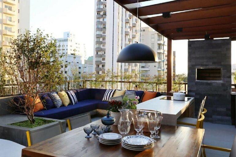 Decoração de varanda planejada com sofa de canto e churrasqueira Foto Mandril Arquitetura e Interiores