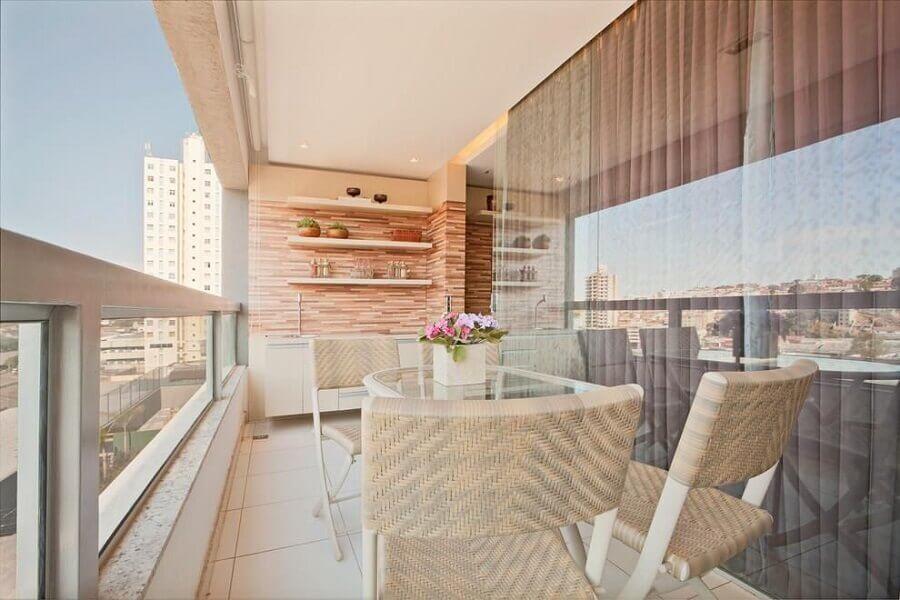 Decoração em cores neutras com prateleiras para varanda de apartamento Foto Eduarda Correa