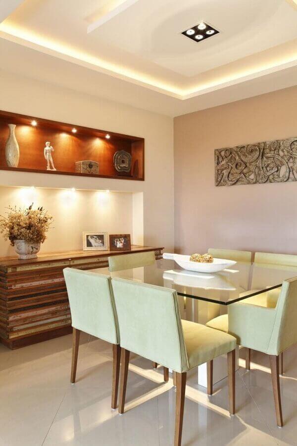 Decoração em cores neutras para sala de jantar com buffet de madeira rústico Foto Jessica Calegari