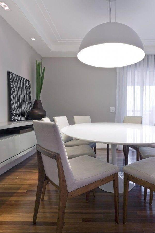 Decoração em tons de cinza com vaso moderno para sala de jantar com buffet Foto Kwarlet Arquitetura