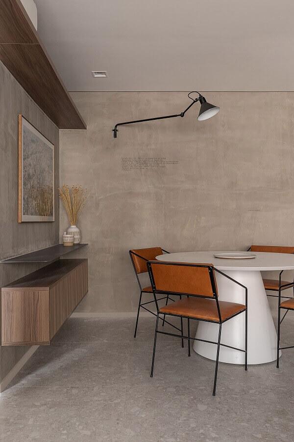 Decoração estilo industrial para sala de jantar com buffet suspenso e parede de cimento queimado Foto ArchDaily