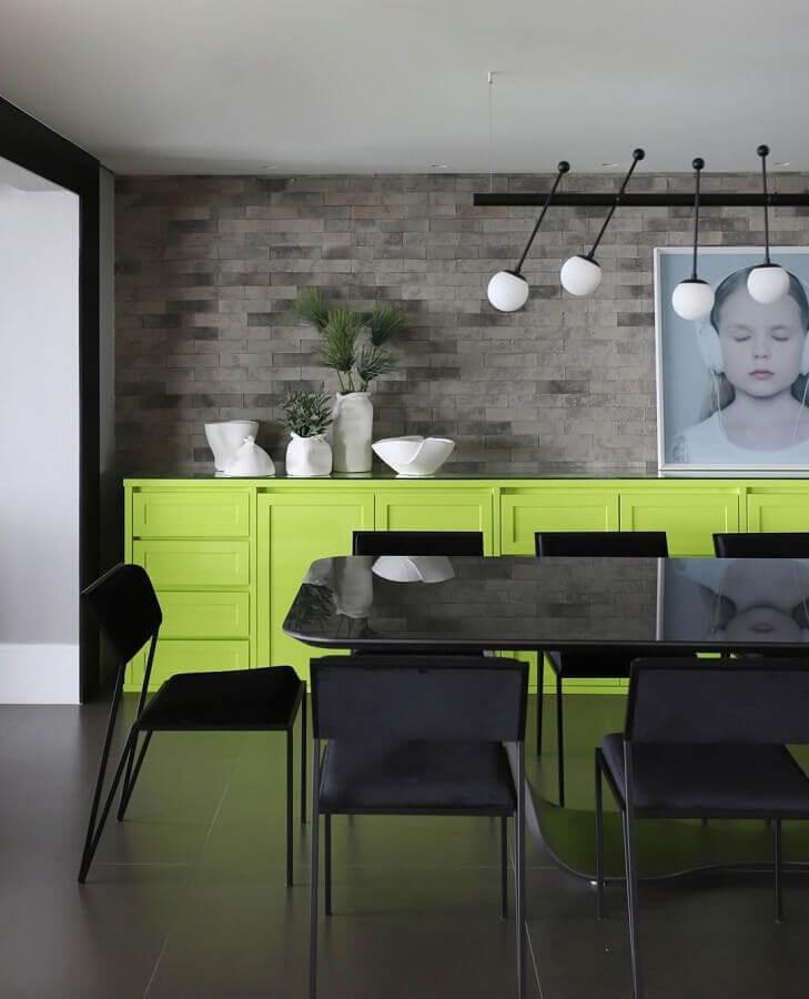 Decoração estilo industrial para sala de jantar com buffet verde e parede de tijolinho cinza Foto Inside Arquitetura e Design