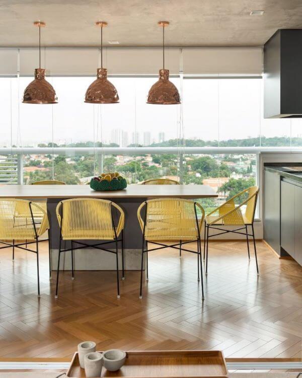 Decoração moderna com cadeira para sacada amarela e mesa de jantar grande