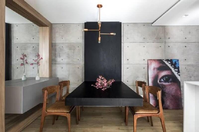 Decoração moderna de sala de jantar com buffet suspenso e cadeiras de couro  Foto UNIC Arquitetura