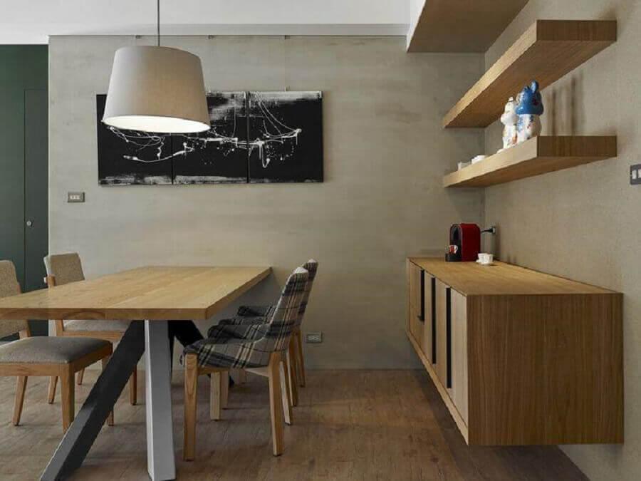 Decoração moderna para sala de jantar com buffet de madeira e parede de cimento queimado Foto HomeAdore