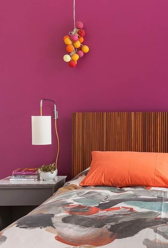 Decoração pink com cabeceira ripada de madeira
