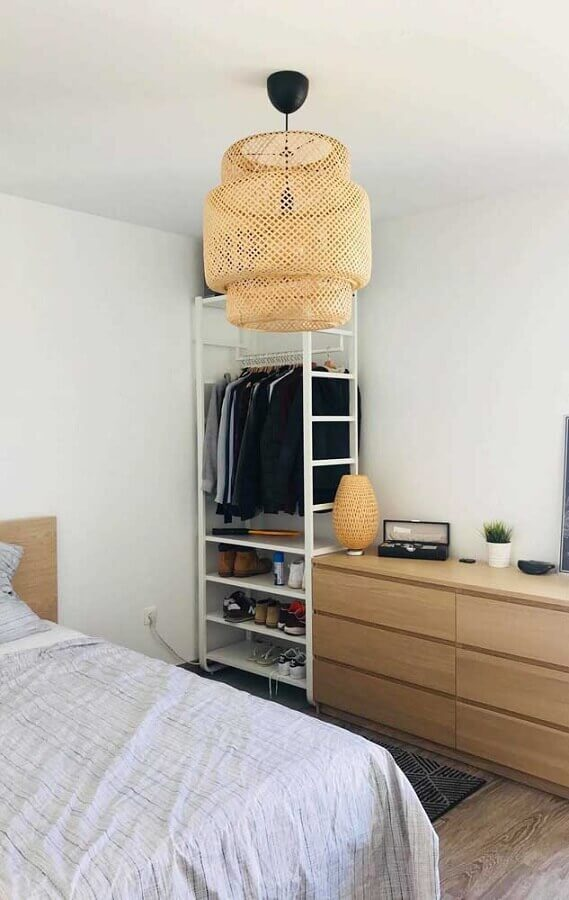 Decoração simples com estante branca e gaveteiro de madeira para quarto Foto Decor Fácil