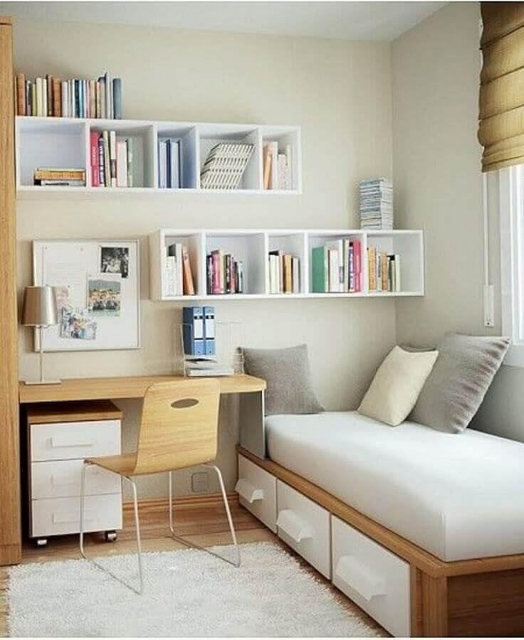 Decoração simples com gaveteiro baixo para quarto pequeno com escrivaninha de madeira Foto Archidea