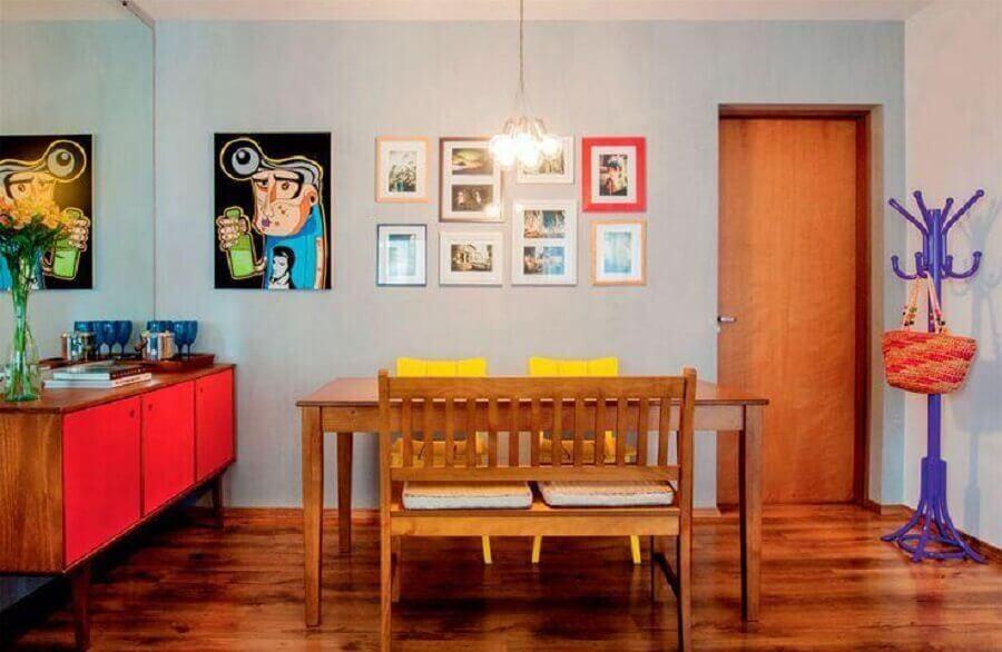Decoração simples para sala de jantar com buffet retro com portas vermelhas Foto Decor Fácil