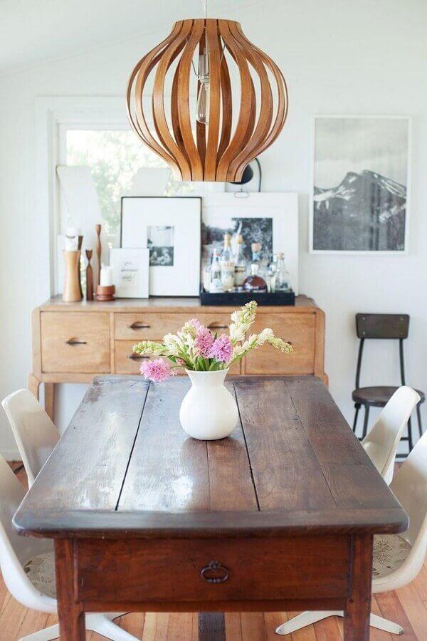 Decoração simples para sala de jantar pequena com buffet e mesa de madeira Foto Refinery29