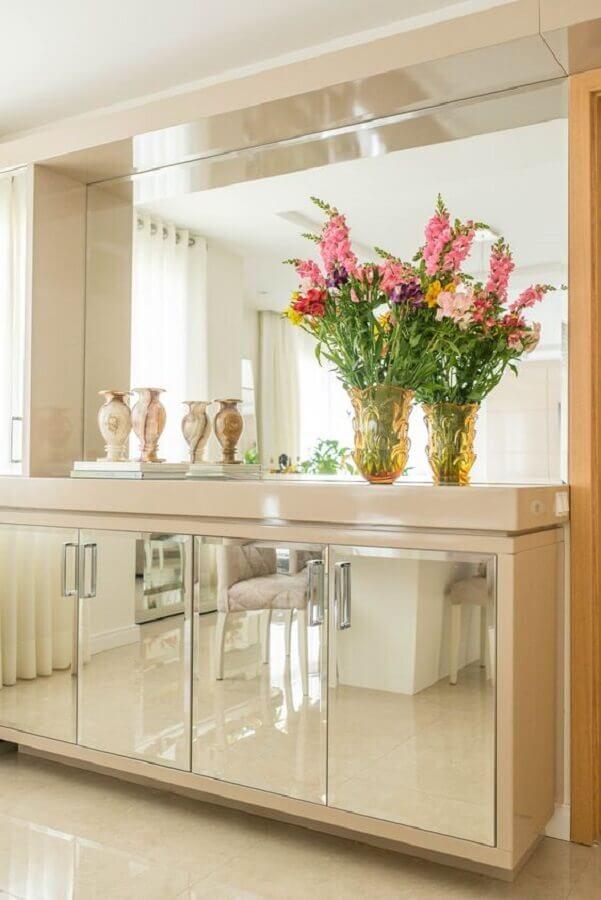 Decoração sofisticada em cores neutras para sala de jantar com buffet espelhado Foto Studio Bene Arquitetura