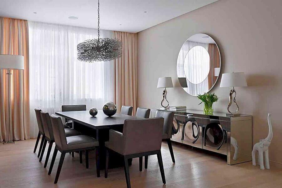 Decoração sofisticada para sala de jantar com buffet espelhado e espelho redondo de parede Foto Vinh Oanh Glass
